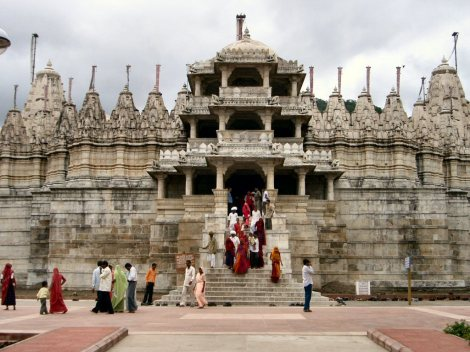 Worshippers_leaving_the_temple_in_Ranakpur